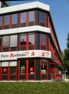 Fassade eines modernen rot-grauen Gebäudes