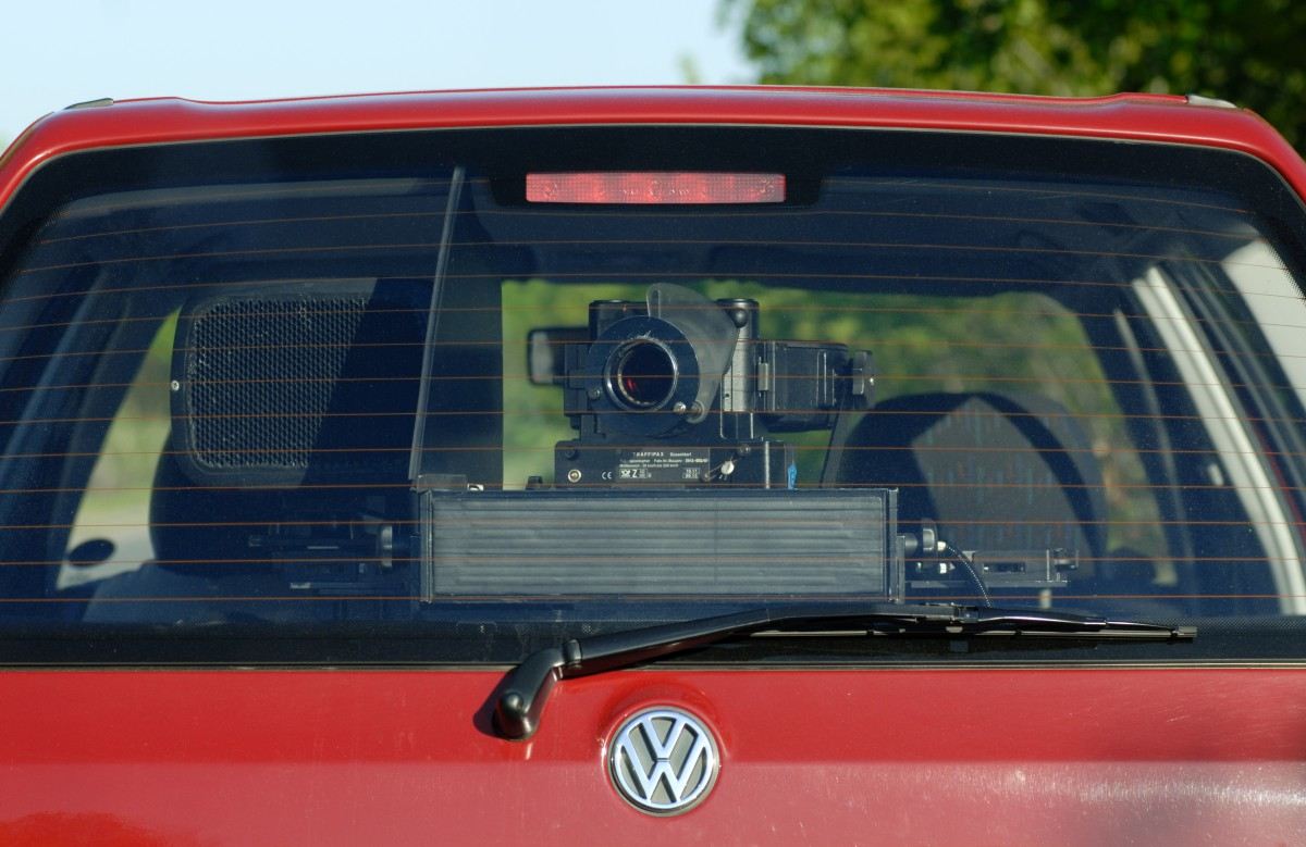 Heckscheibe eines roten VW mit Radarfalle