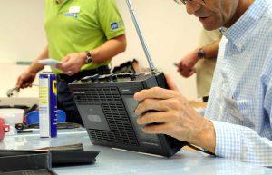 Mann repariert ein altes schwarzes Radio